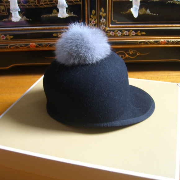 4941a6570a6 HELENE BERMAN LONDON FOX FUR POM POM BLACK CAP HAT